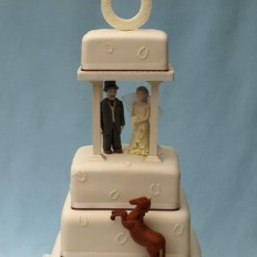 Horseshoe wedding cake